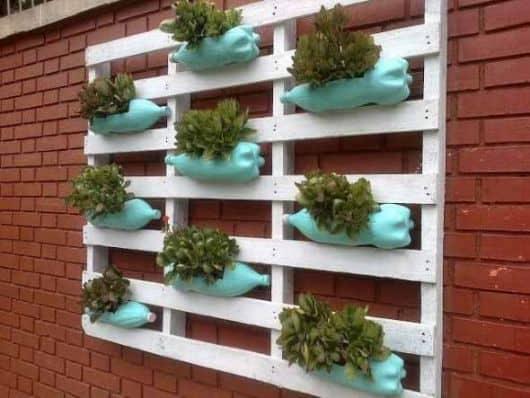 jardim vertical com paletes e garrafas PET