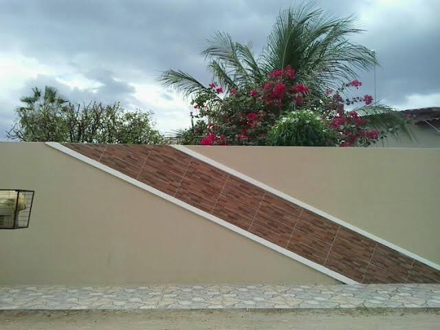 muro decorado com detalhe em piso cerâmico
