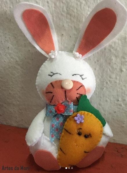 coelho sentado com cenoura de feltro
