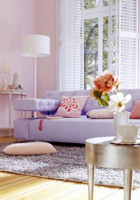 sala com sofá moderno lilás