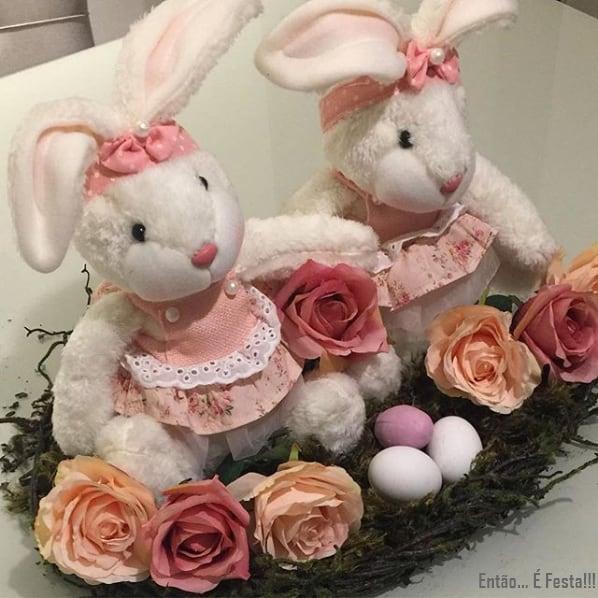 arranjo de páscoa com coelhos de pelúcia