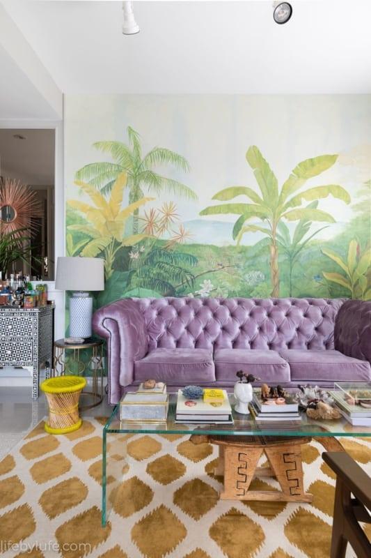 sala com sofá de veludo lilás