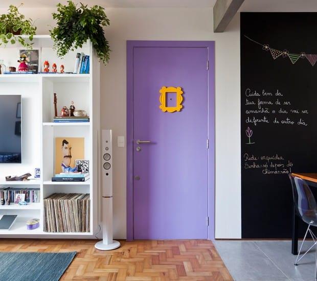 sala com porta de entrada colorida
