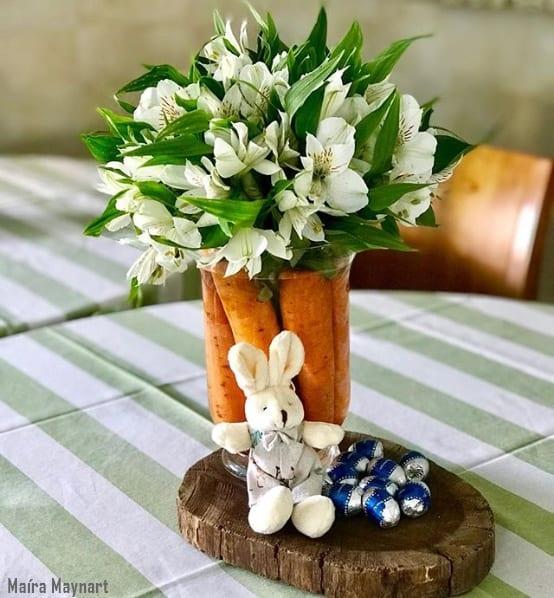 arranjo de mesa com flores e cenouras