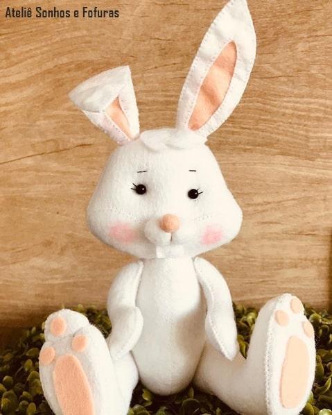 coelho em feltro branco