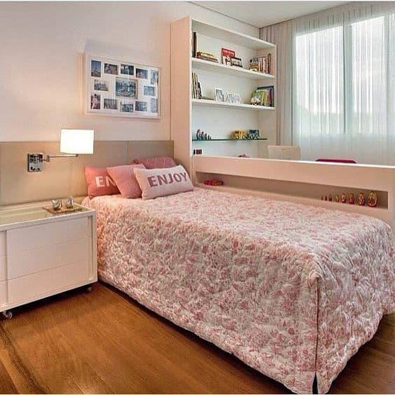 quarto planejado com móveis brancos