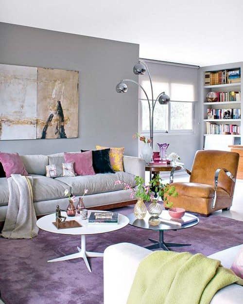 sala com tapete lilás