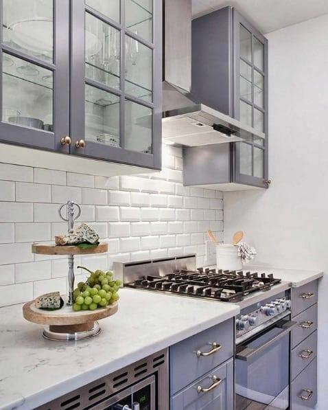 cozinha pequena e moderna com armários planejados