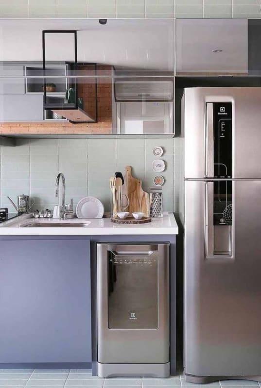 cozinha planejada moderna com armários lilás