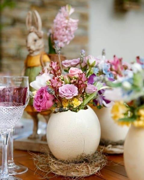 mesa de páscoa decorada com flores