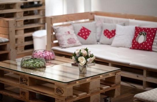 sala com móveis de pallets