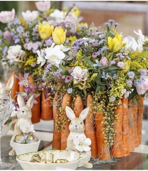 arranjo de páscoa com flores naturais e cenouras