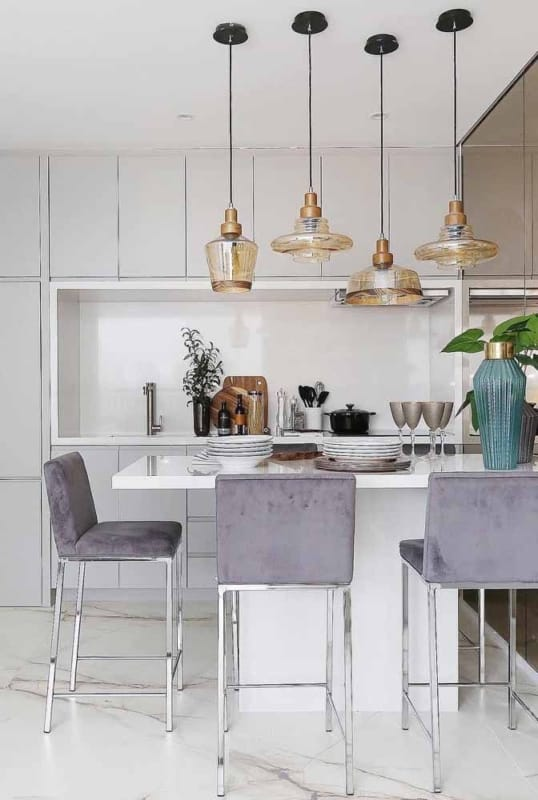 cozinha moderna com banquetas lilás na ilha
