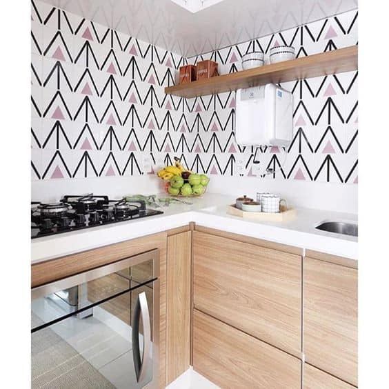 cozinha pequena com azulejos modernos e coloridos