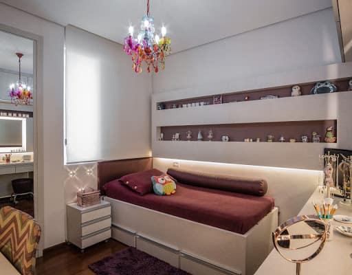 quarto de solteiro com cama branca com 3 gavetas