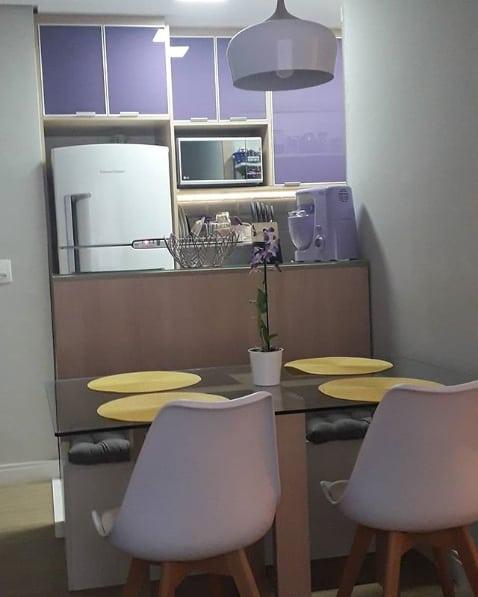 cozinha americana com armários lilás