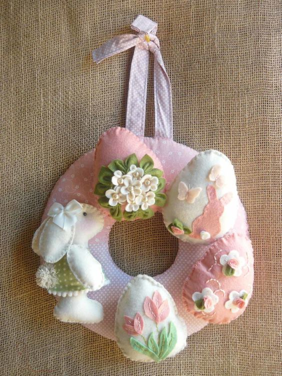 guirlanda de páscoa decorada em feltro