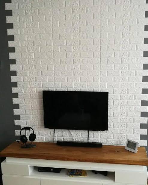sala com parede de tijolinhos brancos