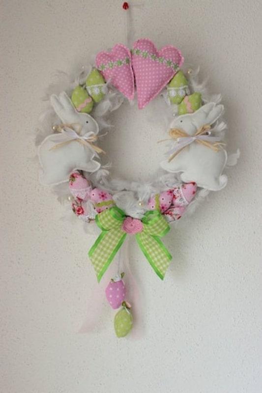 guirlanda de páscoa decorada com coelhos