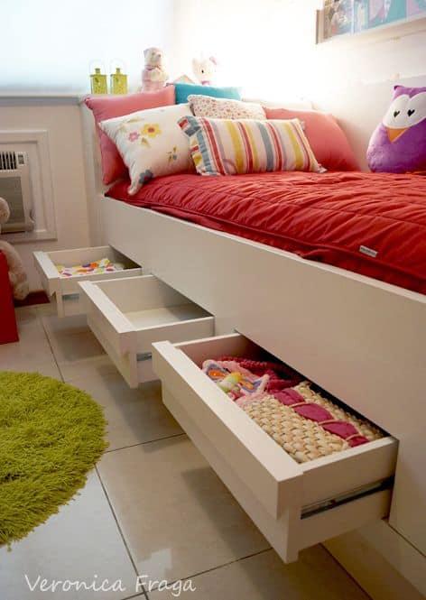 cama branca com gavetas