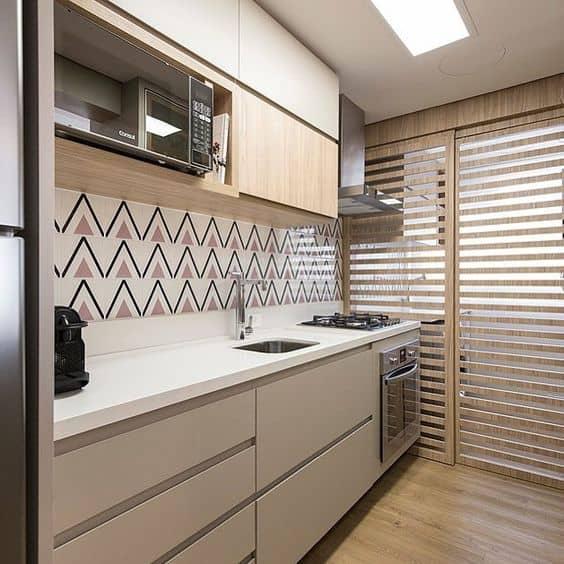 cozinha de apartamento com azulejo lilás