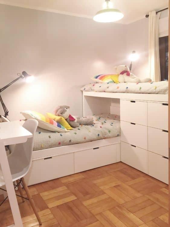 quarto infantil com cama suspensa e com gavetas
