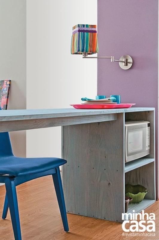 cozinha decorada com parede lilás