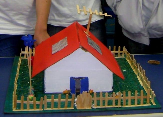 miniatura de casa simples com material reciclável