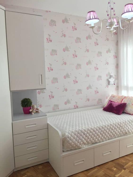 quarto infantil com cama branca com 3 gavetas