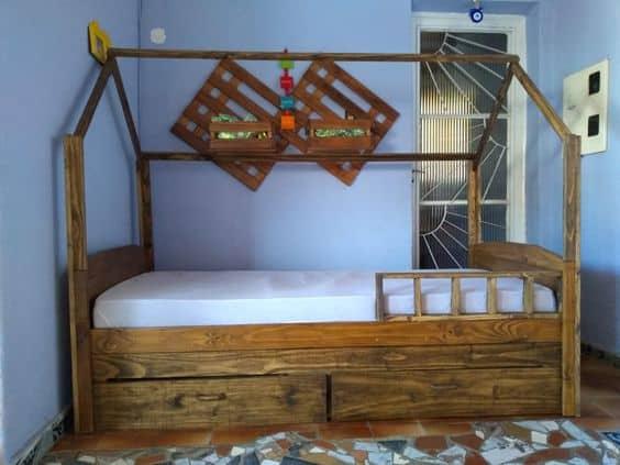 cama casinha em madeira rústica e com gavetas