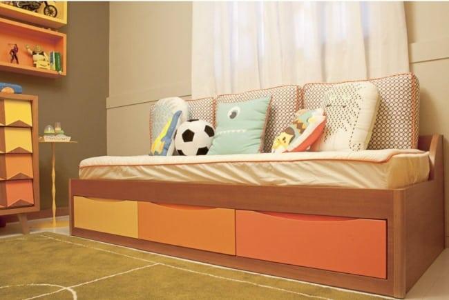 cama infantil com gavetas coloridas