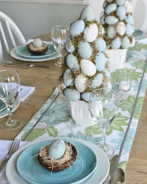 arranjo de mesa com ovos coloridos