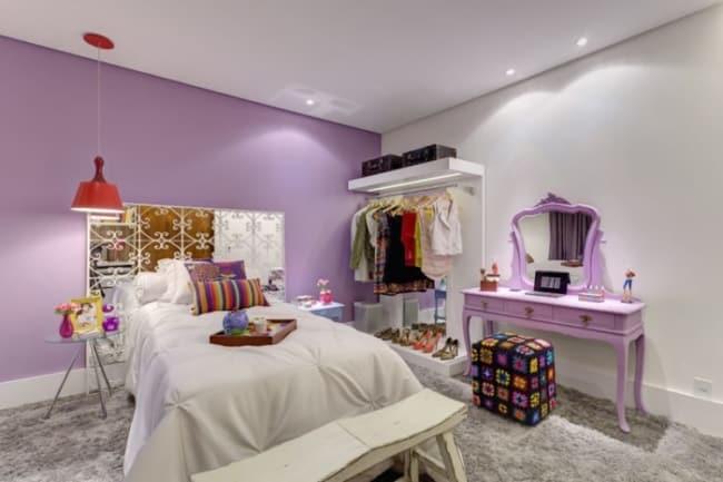 decoração de quarto feminino com parede lilás
