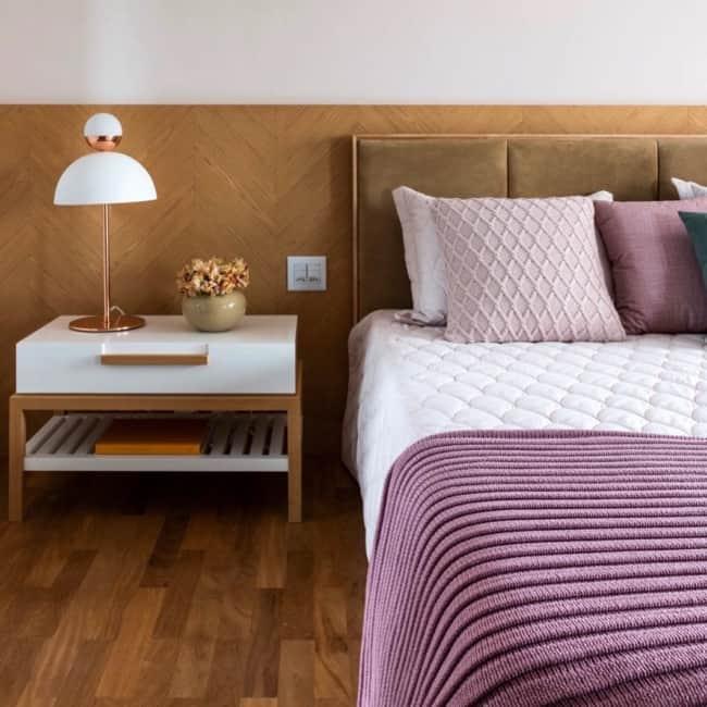 quarto de casal com almofadas lilás na cama