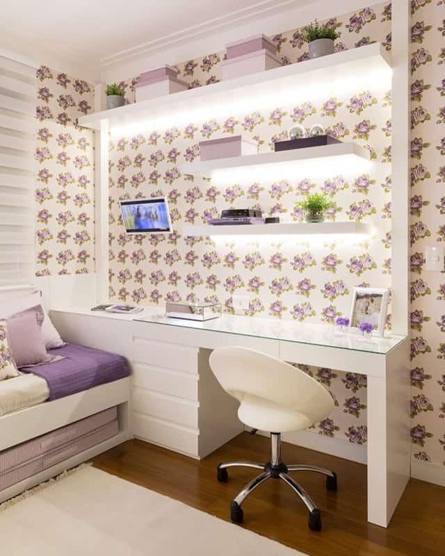 quarto feminino com papel de parede lilás