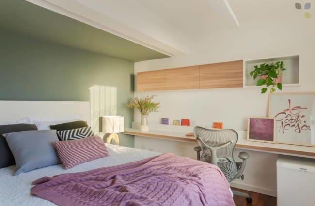 quarto de casal pequeno e com decoração em lilás e verde