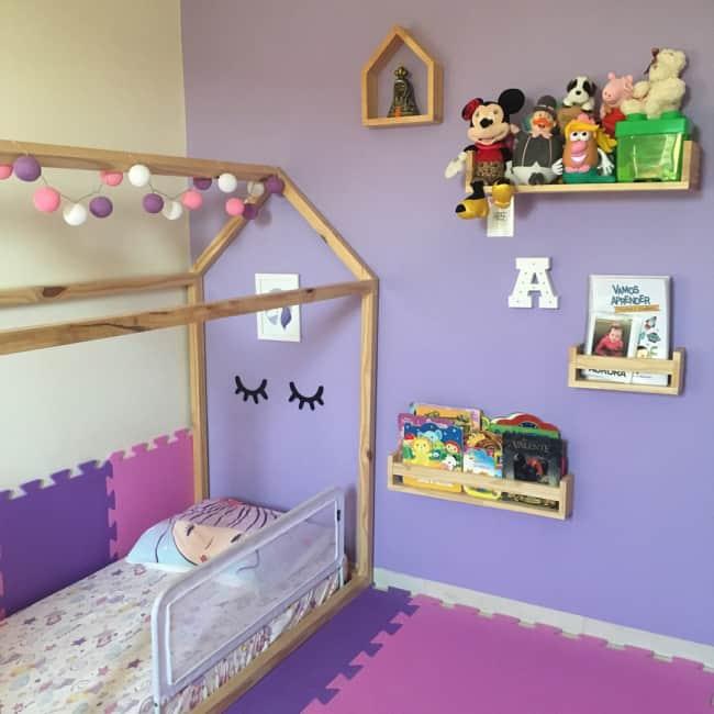 quarto montessori com parede lilás