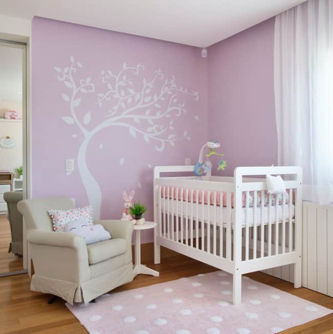 quarto de bebê simples em lilás e branco