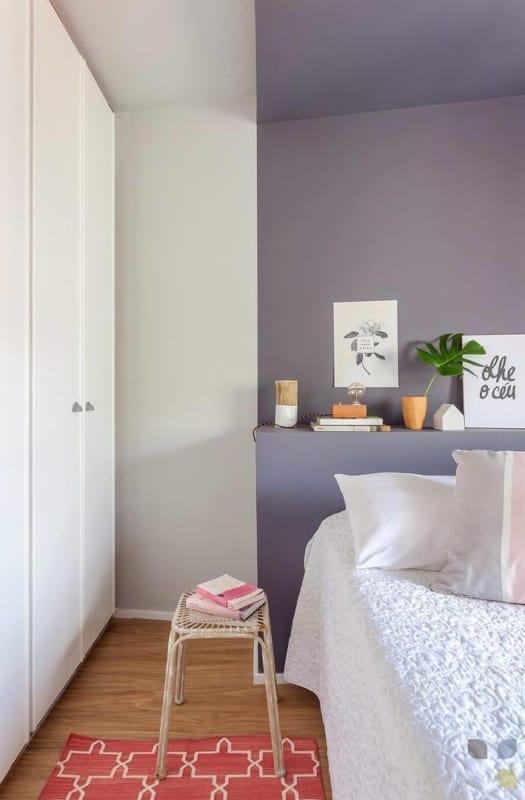 quarto de casal com parede lilás