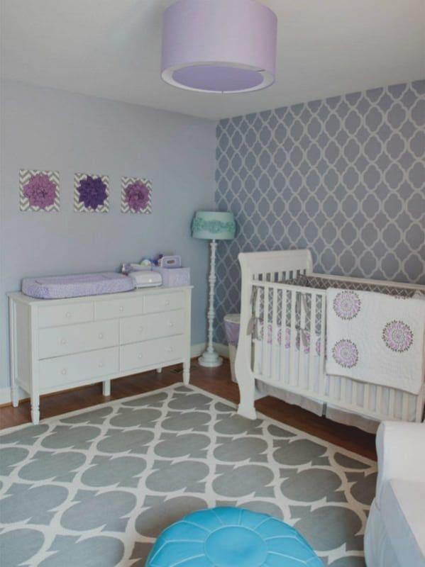 quarto de bebê decorado em cinza e lilás
