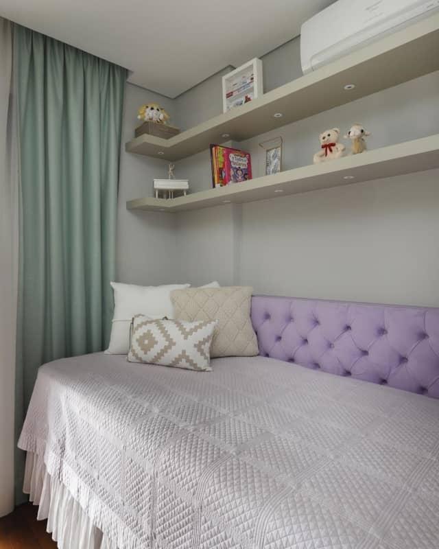 cabeceira lilás estofada em quarto feminino