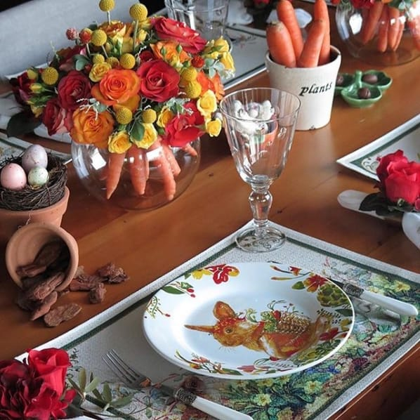 arranjo de páscoa com flores e cenouras