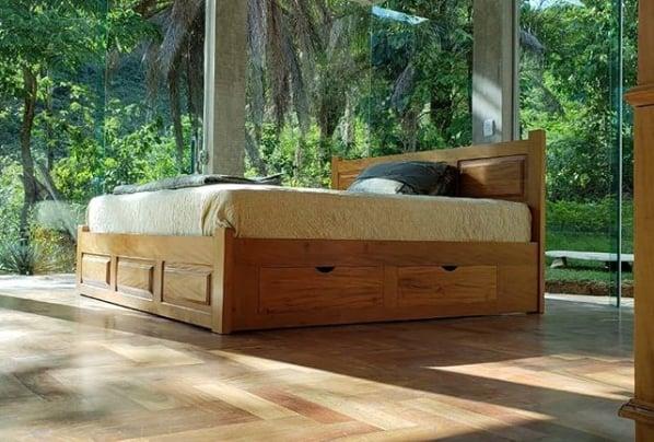 quarto com cama de casal em madeira e com gavetas