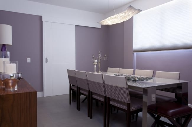 sala de jantar com paredes lilás