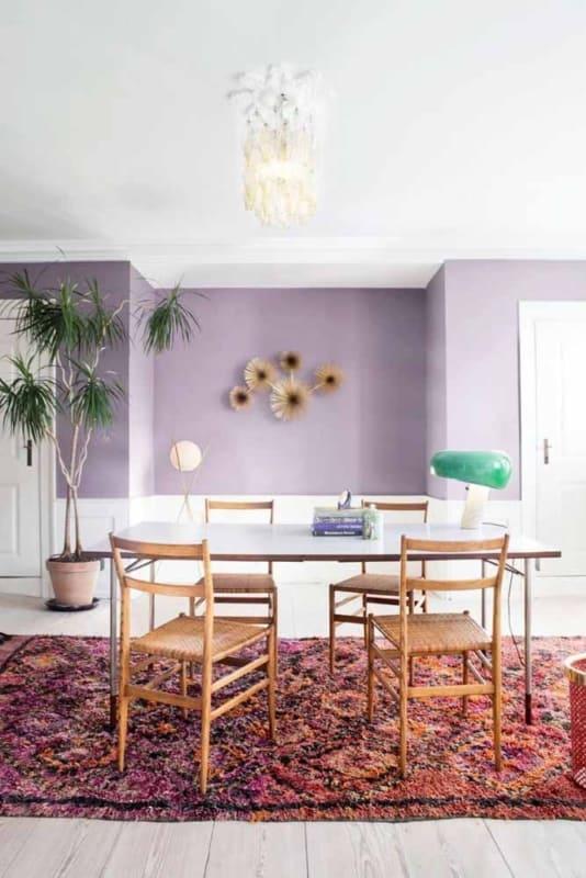 sala de jantar com parede lilás