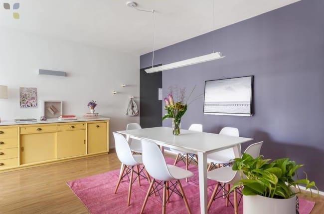 sala de jantar moderna e colorida com parede lilás