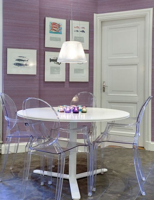 sala de jantar com papel de parede lilás