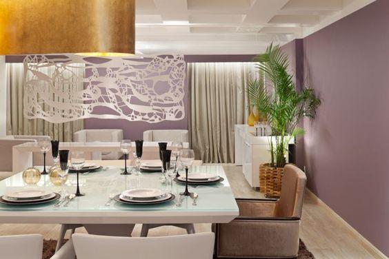 sala de jantar moderna com parede lilás