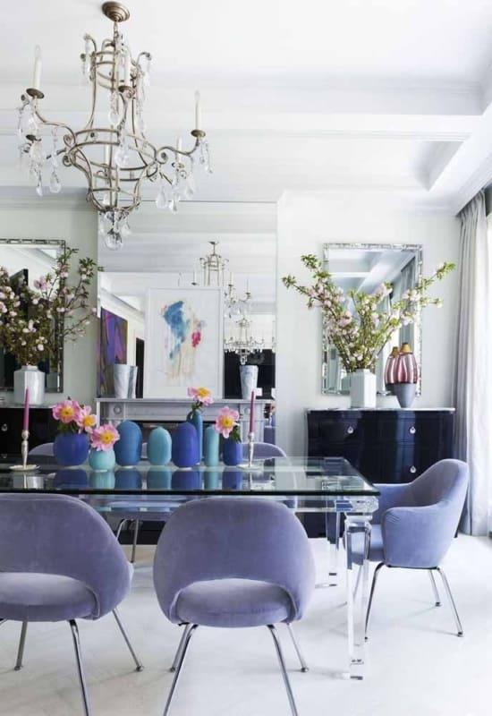 sala de jantar moderna com cadeiras estofadas lilás