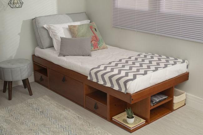 cama de solteiro em madeira com nichos e gavetas